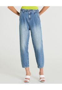 Patrizia Pepe - PATRIZIA PEPE - Jeansy o luźnym kroju z paskiem. Okazja: na co dzień. Stan: podwyższony. Kolor: niebieski. Styl: casual