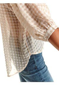 TOP SECRET - Koszula damska w kratkę z dłuższym tyłem. Typ kołnierza: kołnierzyk stójkowy. Kolor: biały. Materiał: dzianina. Długość: długie. Wzór: kratka. Sezon: jesień