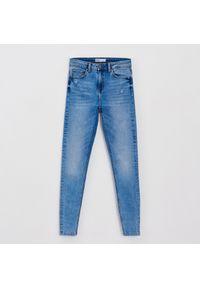 Cropp - Jeansy skinny z przetarciami - Niebieski. Kolor: niebieski