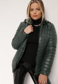 Renee - Ciemnozielona Kurtka Philocus. Kolor: zielony. Materiał: tkanina, jeans. Długość: krótkie. Wzór: aplikacja. Styl: sportowy