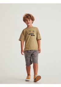 Reserved - Melanżowy t-shirt z naszywkami - Brązowy. Kolor: brązowy. Wzór: melanż, aplikacja