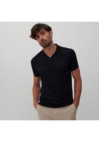 Reserved - Polo w minimalistycznym stylu - Czarny. Typ kołnierza: polo. Kolor: czarny