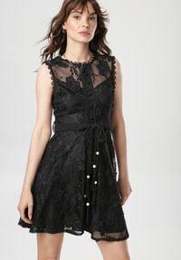 Born2be - Czarna Sukienka Laocea. Kolor: czarny. Materiał: koronka, materiał. Długość rękawa: bez rękawów. Wzór: haft, kwiaty, koronka, aplikacja. Długość: mini