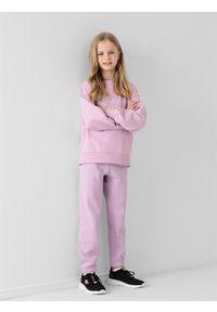 4f - Spodnie dresowe joggery dziewczęce. Okazja: na co dzień. Kolor: fioletowy. Materiał: dresówka. Styl: casual