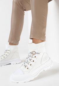 Born2be - Białe Trampki Alaliria. Wysokość cholewki: za kostkę. Nosek buta: okrągły. Kolor: biały. Materiał: prążkowany, materiał, guma. Szerokość cholewki: normalna. Wzór: nadruk. Obcas: na obcasie. Wysokość obcasa: średni