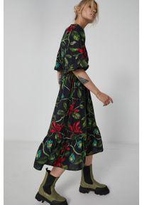 medicine - Medicine - Sukienka Dark Blooms. Kolor: czarny. Materiał: tkanina. Długość rękawa: krótki rękaw. Typ sukienki: rozkloszowane