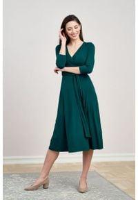 Marie Zélie - Sukienka Aida butelkowa zieleń. Typ kołnierza: dekolt kopertowy. Materiał: elastan, wiskoza, dzianina. Typ sukienki: proste, kopertowe. Styl: elegancki