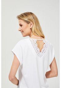 Bluzka MOODO klasyczna, z krótkim rękawem, w koronkowe wzory, krótka