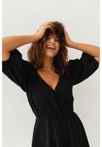 Marsala - Sukienka muślinowa z dekoltem na zakładkę czarna - SHY BY MARSALA. Kolor: czarny. Materiał: bawełna. Typ sukienki: kopertowe. Styl: klasyczny