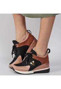 Różowe sneakersy półbuty damskie POTOCKI 10590. Kolor: różowy. Materiał: tkanina, skóra. Obcas: na koturnie. Styl: klasyczny. Wysokość obcasa: średni