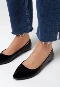 Born2be - Czarne Balerinki Assave. Okazja: na co dzień. Nosek buta: okrągły. Zapięcie: bez zapięcia. Kolor: czarny. Materiał: jeans, lakier, skóra ekologiczna. Wzór: gładki. Obcas: na obcasie. Styl: casual