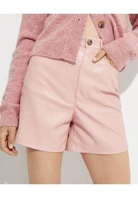 NANUSHKA - Różowe szorty Leana. Stan: podwyższony. Kolor: fioletowy, różowy, wielokolorowy
