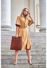 MOE - Cynamonowa Rozkloszowana Sukienka z Poszerzanym Rękawem do Łokcia. Kolor: brązowy. Materiał: poliester, elastan