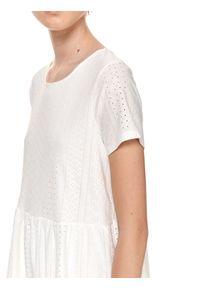 TOP SECRET - Ażurowa sukienka z krótkim rękawem. Kolor: biały. Materiał: tkanina. Długość rękawa: krótki rękaw. Wzór: ażurowy. Sezon: lato. Styl: wakacyjny