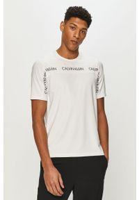 Biały t-shirt Calvin Klein Performance na co dzień, z nadrukiem