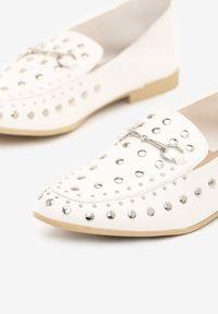 Born2be - Białe Mokasyny Latest Top. Nosek buta: okrągły. Kolor: biały. Materiał: skóra. Wzór: aplikacja. Sezon: lato. Obcas: na obcasie. Styl: klasyczny. Wysokość obcasa: niski