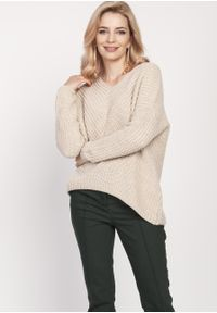 e-margeritka - Sweter oversize beżowy - l/xl. Typ kołnierza: dekolt w serek. Kolor: beżowy. Materiał: akryl, wełna, dzianina. Długość rękawa: raglanowy rękaw. Wzór: ze splotem