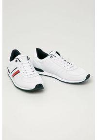 Białe sneakersy TOMMY HILFIGER z okrągłym noskiem, z cholewką, na sznurówki