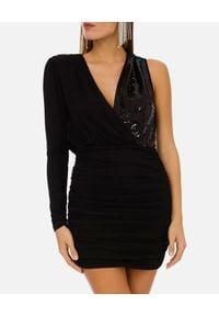 Elisabetta Franchi - ELISABETTA FRANCHI - Czarna sukienka mini na jedno ramię. Kolor: czarny. Długość rękawa: długi rękaw. Typ sukienki: kopertowe, asymetryczne. Długość: mini