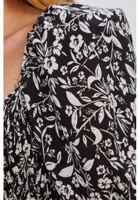 Czarna sukienka Answear Lab z krótkim rękawem, wakacyjna, na co dzień, rozkloszowana
