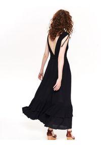 Czarna sukienka TOP SECRET z dekoltem w serek, na ramiączkach