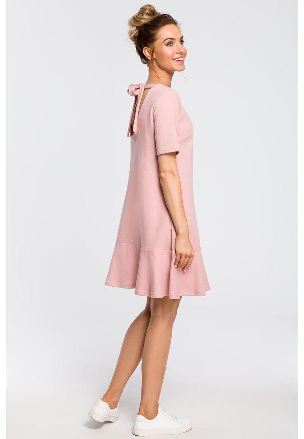 e-margeritka - Sukienka z dekoltem na plecach różowa - l. Okazja: na co dzień. Kolor: różowy. Materiał: dresówka, bawełna, dzianina, materiał, poliester. Sezon: wiosna. Typ sukienki: proste, oversize, sportowe, trapezowe. Styl: sportowy, casual