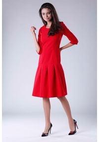Nommo - Czerwona Wizytowa Sukienka z Obniżonym Stanem. Kolor: czerwony. Materiał: wiskoza, poliester. Styl: wizytowy
