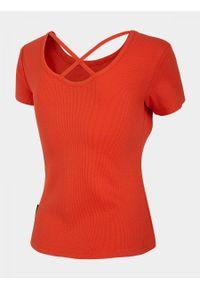 Czerwony t-shirt outhorn z dekoltem na plecach