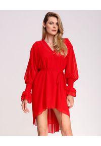 LA MANIA - Czerwona sukienka mini Kenai. Okazja: na imprezę. Kolor: czerwony. Materiał: materiał. Długość rękawa: długi rękaw. Sezon: lato. Typ sukienki: sportowe, plisowane. Styl: elegancki, sportowy. Długość: mini