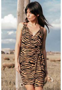 MOE - Mini Sukienka na Zakładkę w Zwierzęcy Print - Karmelowy. Materiał: wiskoza. Wzór: motyw zwierzęcy, nadruk. Długość: mini