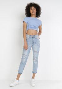 Born2be - Jasnoniebieskie Jeansy Boyfriend Asheshi. Kolor: niebieski. Długość: długie. Wzór: napisy, nadruk. Styl: sportowy