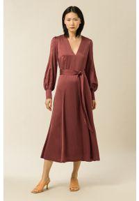 IVY & OAK - Sukienka Dena. Kolor: brązowy. Materiał: włókno, wiskoza, satyna, materiał. Długość rękawa: długi rękaw. Wzór: ze splotem. Typ sukienki: rozkloszowane