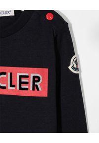 MONCLER KIDS - Granatowa koszulka z długim rękawem 0-3 lat. Okazja: na co dzień. Kolor: niebieski. Materiał: bawełna. Długość rękawa: długi rękaw. Długość: długie. Wzór: nadruk, aplikacja. Sezon: lato. Styl: casual