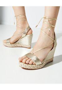 AQUAZZURA - Złote sandały na koturnie Sundance. Nosek buta: okrągły. Kolor: złoty. Obcas: na koturnie
