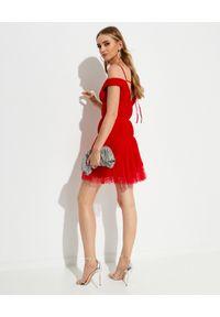 SELF PORTRAIT - Czerwona sukienka z plisowaniem. Okazja: na sylwestra, na wesele, na ślub cywilny, na imprezę. Kolor: czerwony. Wzór: aplikacja. Typ sukienki: rozkloszowane, z odkrytymi ramionami, dopasowane. Długość: mini