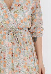 Born2be - Miętowo-Pomarańczowa Sukienka Thronis. Typ kołnierza: kołnierz z falbankami. Kolor: miętowy. Wzór: kwiaty, aplikacja. Sezon: lato, wiosna. Typ sukienki: kopertowe. Długość: midi