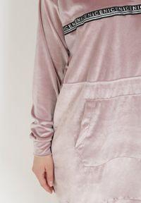 Born2be - Jasnoróżowa Bluza Klephacia. Kolor: różowy. Materiał: welur, dzianina. Długość rękawa: długi rękaw. Długość: długie. Wzór: napisy