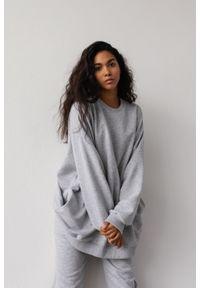 Marsala - Bluza typu oversize o przedłużonym kroju kolor GREY MELANGE HUSH BY MARSALA. Materiał: dresówka, bawełna, jeans, dzianina, elastan. Wzór: melanż. Styl: sportowy