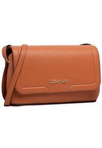 Calvin Klein - Torebka CALVIN KLEIN - Ew Flap Xbody K60K607527 GAC. Kolor: brązowy. Materiał: skórzane. Styl: klasyczny