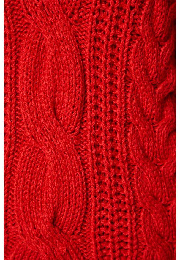 Czerwony sweter medicine