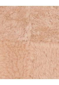 ALMAROSAFUR - Beżowy kożuch z kapturem. Typ kołnierza: kaptur. Kolor: beżowy. Materiał: jeans, futro. Długość: długie. Styl: sportowy