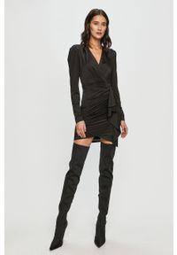 Czarna sukienka Guess na co dzień, dopasowana, z długim rękawem, w kwiaty