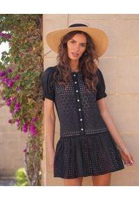 MOTIVE&MORE - Czarna sukienka Trixie. Kolor: czarny. Materiał: bawełna, tkanina, koronka, materiał. Długość rękawa: krótki rękaw. Wzór: aplikacja, koronka, haft. Sezon: lato. Styl: klasyczny. Długość: mini