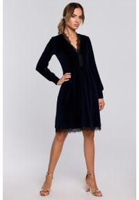 e-margeritka - Sukienka welurowa elegancka z koronką granatowa - s. Okazja: na sylwestra. Kolor: niebieski. Materiał: welur, koronka. Wzór: koronka. Typ sukienki: rozkloszowane. Styl: elegancki. Długość: midi