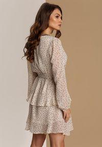 Renee - Jasnobeżowa Sukienka Nemora. Kolor: beżowy. Materiał: koronka, materiał. Długość rękawa: długi rękaw. Wzór: kropki, aplikacja. Typ sukienki: kopertowe. Długość: mini