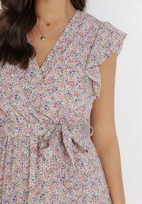 Born2be - Biała Sukienka Geneve. Kolor: biały. Materiał: materiał. Długość rękawa: krótki rękaw. Wzór: kwiaty, aplikacja, nadruk. Typ sukienki: kopertowe. Długość: mini