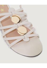 Marella - MARELLA - Białe skórzane sandały Filing. Nosek buta: okrągły. Zapięcie: pasek. Kolor: biały. Materiał: skóra. Wzór: aplikacja, ażurowy. Sezon: lato