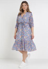 Born2be - Niebieska Sukienka Thronis. Typ kołnierza: kołnierz z falbankami. Kolor: niebieski. Wzór: kwiaty, aplikacja. Sezon: lato, wiosna. Typ sukienki: kopertowe. Długość: midi