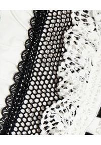 SELF PORTRAIT - Biała sukienka mini. Typ kołnierza: z żabotem. Kolor: biały. Materiał: koronka, bawełna. Wzór: aplikacja, koronka. Długość: mini