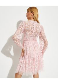NEEDLE & THREAD - Różowa sukienka mini Emilana. Typ kołnierza: kokarda. Kolor: różowy, wielokolorowy, fioletowy. Długość rękawa: długi rękaw. Wzór: kwiaty. Długość: mini